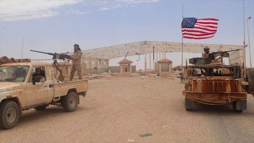 Un soldado de EE.UU. (dcha.) y los extremistas en la región de Al-Tanf, Siria, 23 de mayo de 2017. (Foto: AP)
