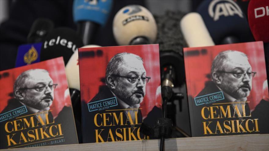Ejemplares del libro sobre el asesinato de Jamal Khashoggi, escrito por su novia Hatice Cengiz, exhibidos en Estambul, 8 de febrero de 2019. (Foto: AFP)