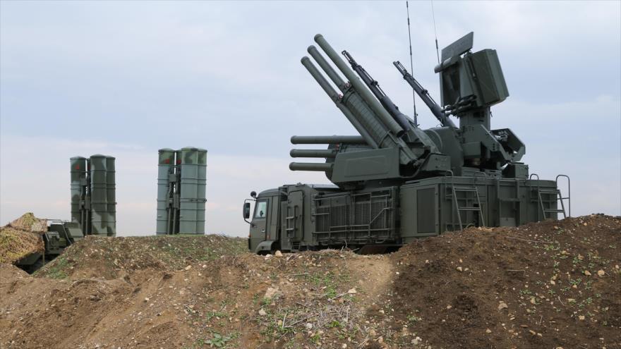 El sistema antiaérea ruso Pantsyr-S1 en primer plano, y los sistemas S-400 en la base aérea de Hmeimim en Siria. (Foto: AP)