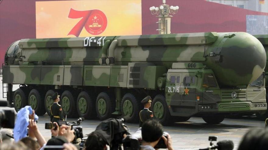 Una plataforma de lanzamiento de misil balístico intercontinental DF-41 de China en un desfile militar celebrado en Pekín, la capital china.