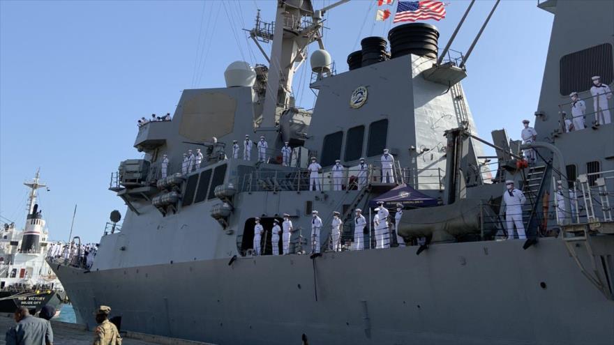 El destructor estadounidense USS Winston S. Churchill atraca en Puerto de Sudán, 1 de marzo de 2021.