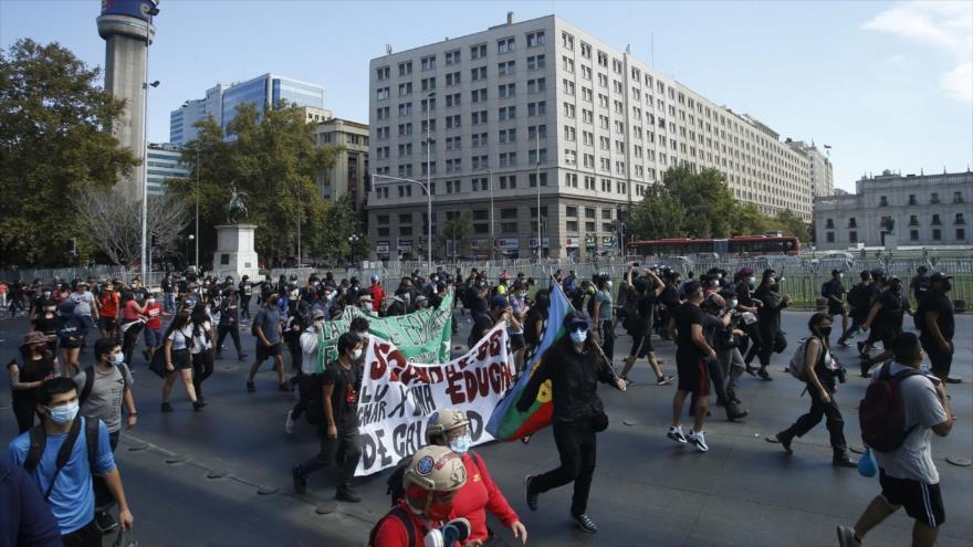 Policía chilena reprime manifestación estudiantil en Santiago