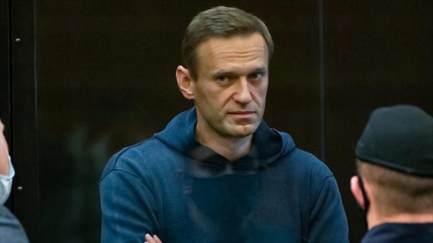El líder de la oposición rusa Alexéi Navalni se comparece ante la corte en Moscú, 2 de febrero de 2021. (Foto: AFP)