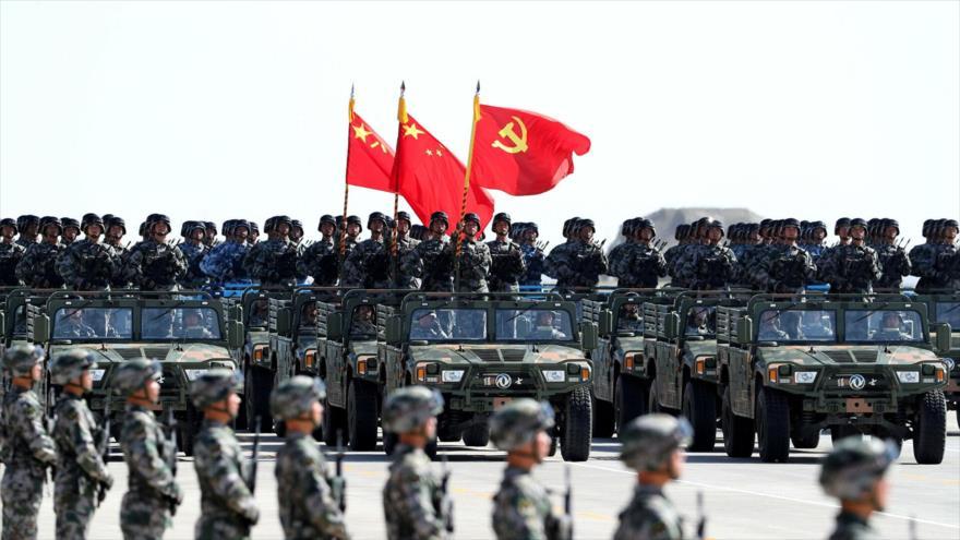 Soldados chinos durante un desfile militar en la base de entrenamiento de Zhurihe, en la región autónoma de Mongolia Interior, China, 30 de julio de 2017.