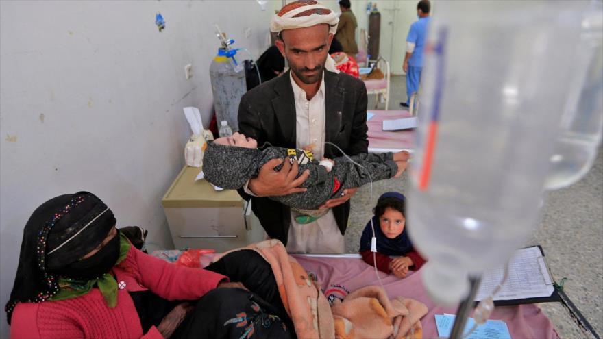 Un padre yemení y su hijo desnutrido en el Hospital Materno Infantil Al-Sabeen en Saná, la capital de Yemen, 2 de marzo de 2021. (Foto: AFP)
