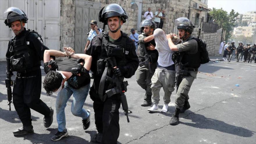 Fuerzas israelíes arrestan a dos palestinos a las afueras de Al-Quds (Jerusalén), 21 de julio de 2017. (Foto: Reuters)