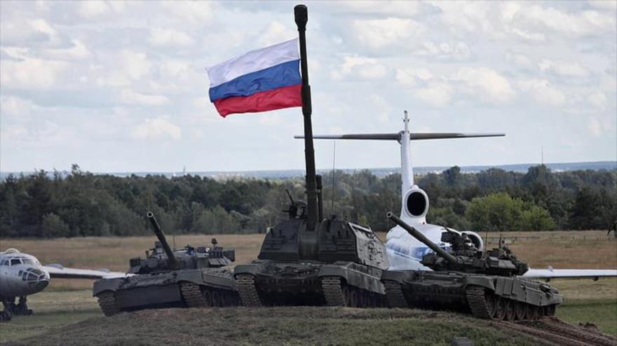 Varios vehículos pesados y tanques de fabricación de la Federación Rusa exhibidos en una muestra.
