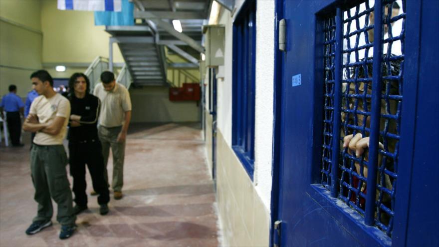 Prisioneros palestinos esperan ser liberados de la prisión de Ketziot. (Foto: Reuters)
