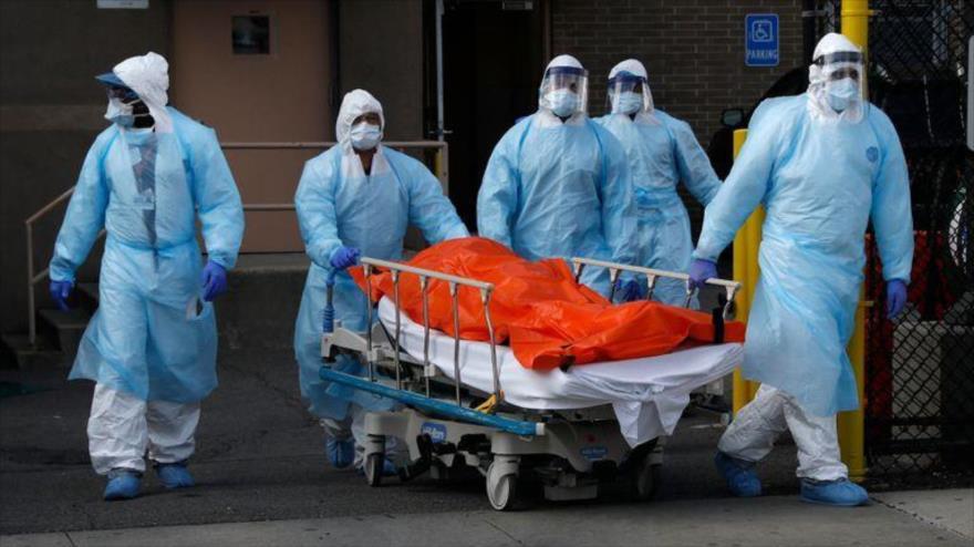Trasladan el cadáver de una persona muerta en un hospital de Nueva York por coronavirus, causante de la COVID-19. (Foto: Reuters)