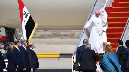 Papa Francisco llega a Bagdad en primera visita papal a Irak