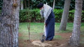 Líder de Irán planta árboles y urge a proteger el medioambiente