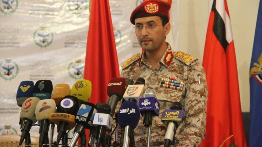 El portavoz del Ejército yemení, el teniente general Yahya Sari, habla durante una conferencia de prensa en Saná, capital.