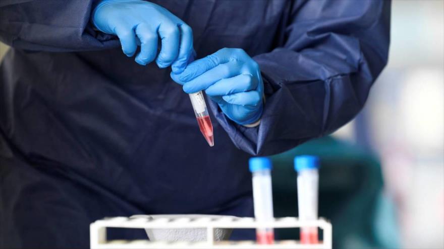 Un miembro del personal médico toma muestras de prueba de coronavirus en Alkmaar, Países Bajos, 8 de abril de 2020. (Foto: Reuters)