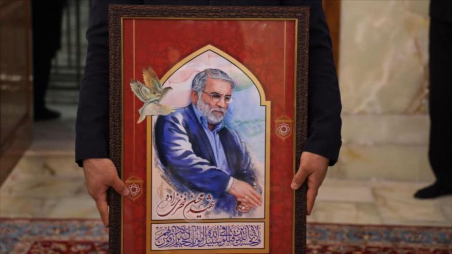 Una pintura del científico iraní Mohsen Fajrizade en el santuario del Imam Reza (P) en Mashad, Irán, 29 de noviembre de 2020. (Foto: AFP)