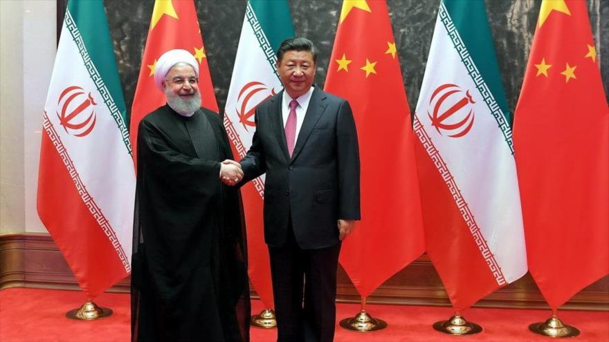 El presidente iraní, Hasan Rohani (izda.), y su homólogo chino, Xi Jinping, reunidos en Pekín, capital china. (Foto: IRNA)