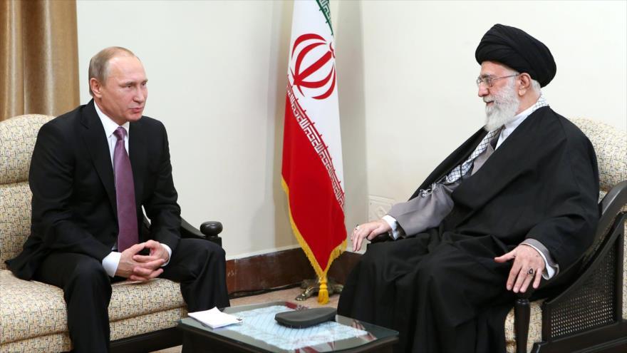 El Líder de Irán, el ayatolá Seyed Ali Jamenei (dcha.) en una reunión con el presidente ruso, Vladimir Putin, en Teherán. (khamenei.ir)