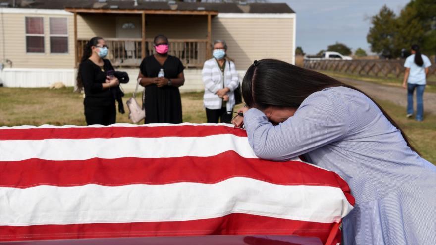 Una mujer llora junto al ataúd de su esposo fallecido por la COVID-19, Texas, EE.UU., 26 de enero de 2021. (Foto: Reuters)