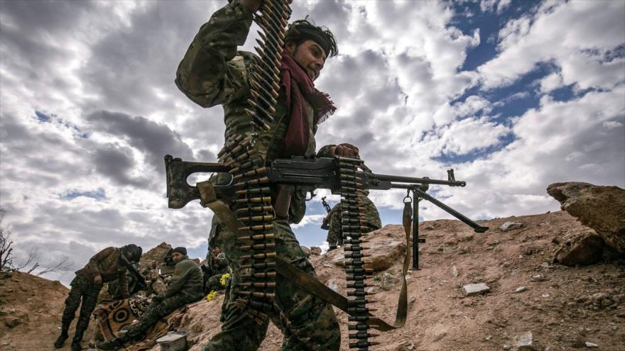 Un miembro de las llamadas Fuerzas Democráticas Sirias (FDS) en la provincia de Deir Ezzor, este de Siria, 17 de marzo de 2019. (Foto: AFP)