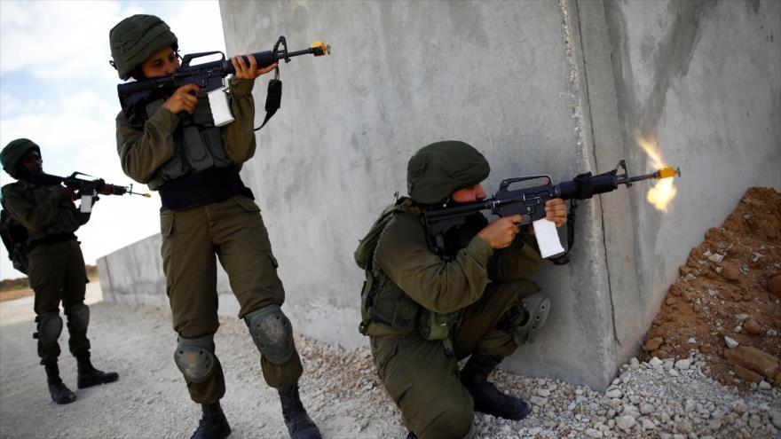 Las tropas israelíes apuntan contra manifestantes palestinos en una localidad de la Cisjordania ocupada.