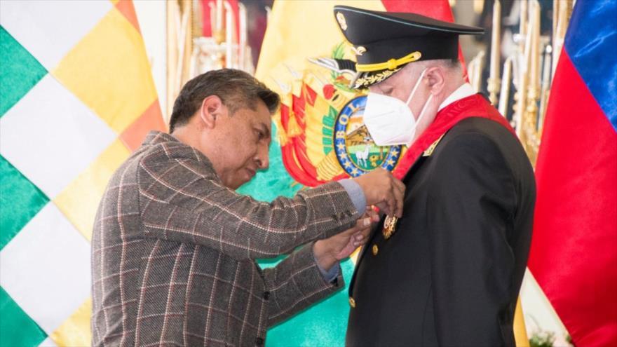 El canciller boliviano, Rogelio Mayta Mayta, (izda.), condecora al embajador ruso Vladimir Ivanovich Sprinchan en La Paz, 11 de diciembre de 2020.