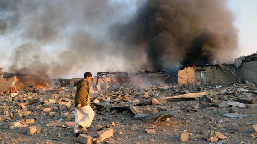 Columna de humo se eleva tras un bombardeo saudí en la ciudad yemení de Saada, 6 de enero de 2018. (Foto: Reuters)