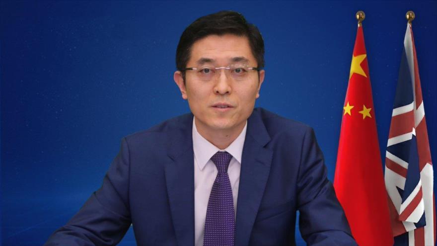 Yang Xiaoguang, encargado de la embajada de China en el Reino Unido, ofrece un discurso en una rueda de prensa en Londres, el 9 de marzo el 2021.