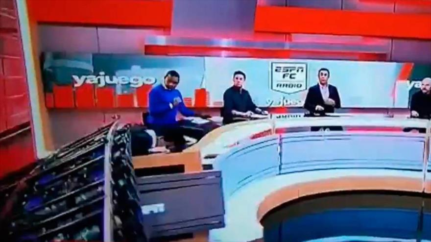 Vídeo: Pantalla gigante cae sobre un presentador en pleno programa