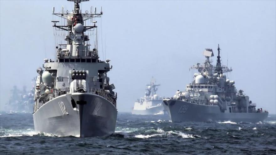 El destructor de misiles guiados Harbin de China, a la izquierda, y el destructor DDG-139 Ningbo Sovremenny-class Type-956EM, también de China, a la derecha.
