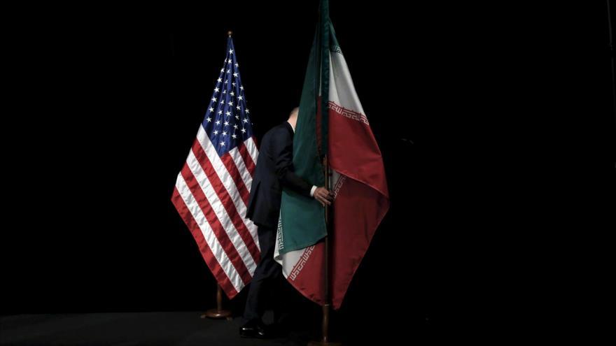 Banderas de Irán y EE.UU. en los diálogos nucleares entre Irán y el Grupo 5+1 en Viena, capital de Austria, julio de 2015.