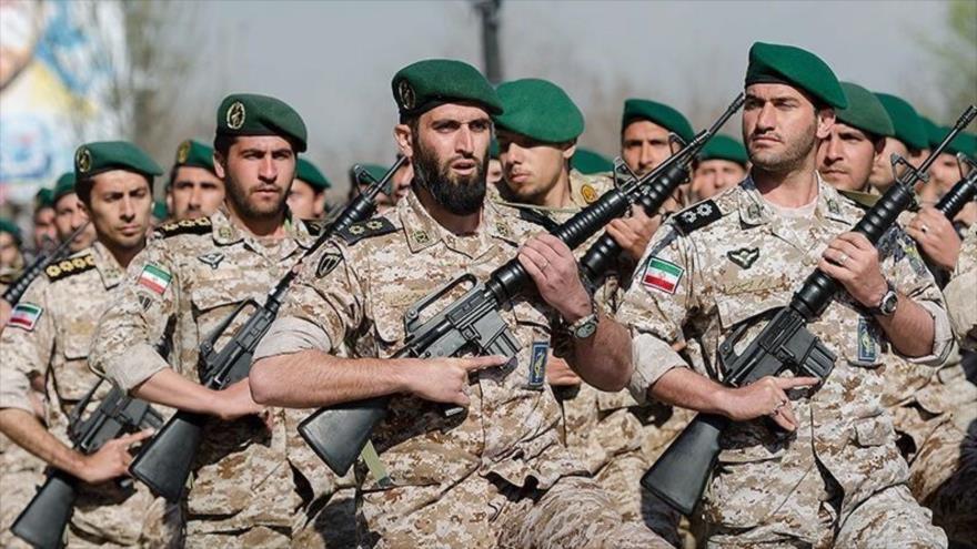 Fuerzas del Cuerpo de Guardianes de la Revolución Islámica (CGRI) de Irán durante una marcha militar.