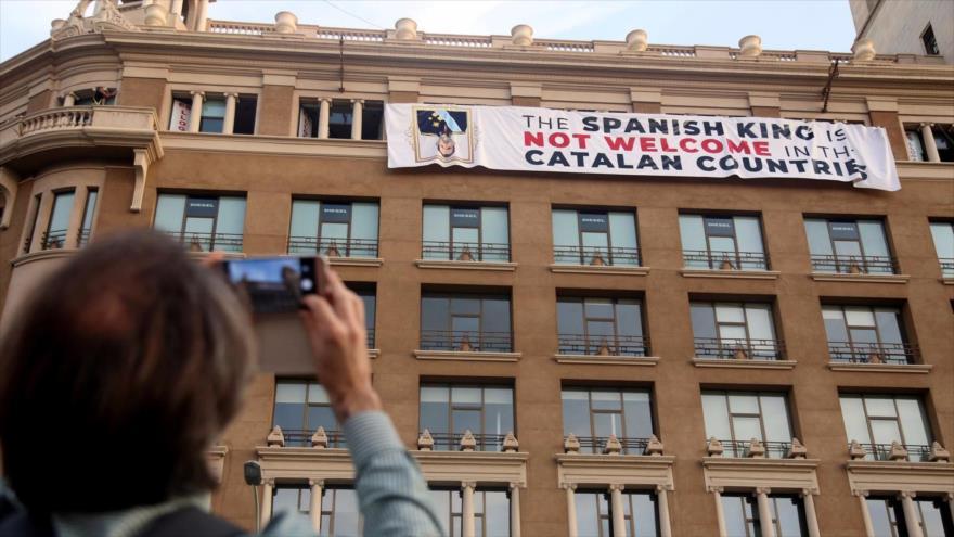 Una gran pancarta contra el rey Felipe VI en un edificio al lado de plaza Cataluña, en el centro de Barcelona, 17 de agosto de 2018. (Foto: Reuters)