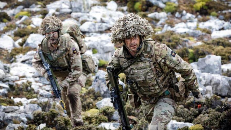 Soldados británicos durante una maniobra militar en las islas Malvinas