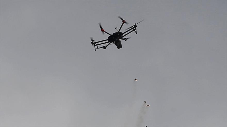 Un dron israelí lanza granadas de gas lacrimógeno contra los palestinos durante una protesta en la línea divisoria con Gaza, 30 de marzo de 2018.