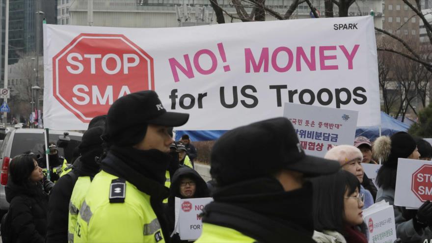 Manifestantes surcoreanos rechazan presencia militar estadounidense en su país durante una protesta en Seúl, la capital, 10 de febrero de 2019. (Foto: AP)