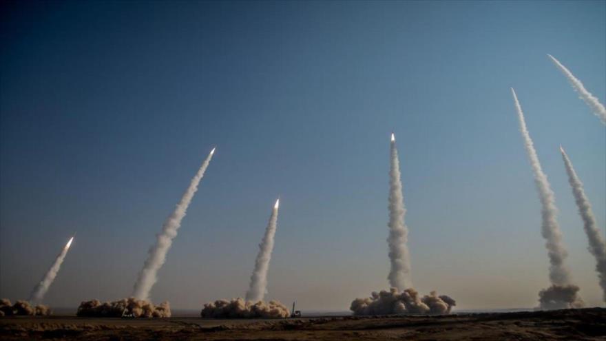 El CGRI de Irán prueba misiles durante una maniobra denominada Payambar-e Azam 15.