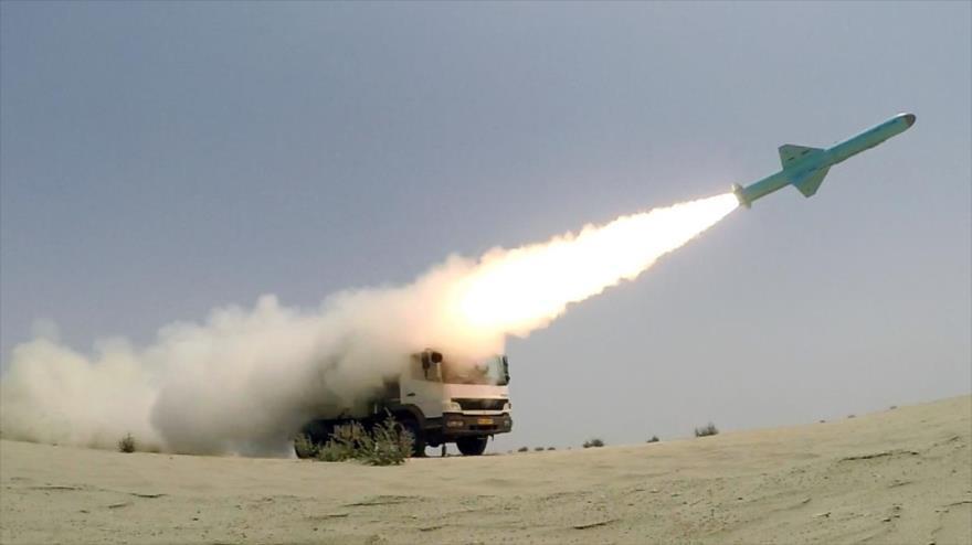 Momento del lanzamiento de un misil durante un entrenamiento de la Fuerza Naval de Irán, 18 de junio de 2020. (Foto: YJC)