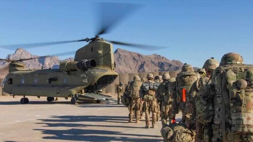 Soldados estadounidenses abordan un helicóptero Chinook para iniciar una misión en Afganistán, el 15 de enero de 2019.