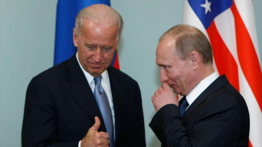 El presidente ruso, Vladimir Putin, (dcha.), y el presidente de EE.UU, Joe Biden.