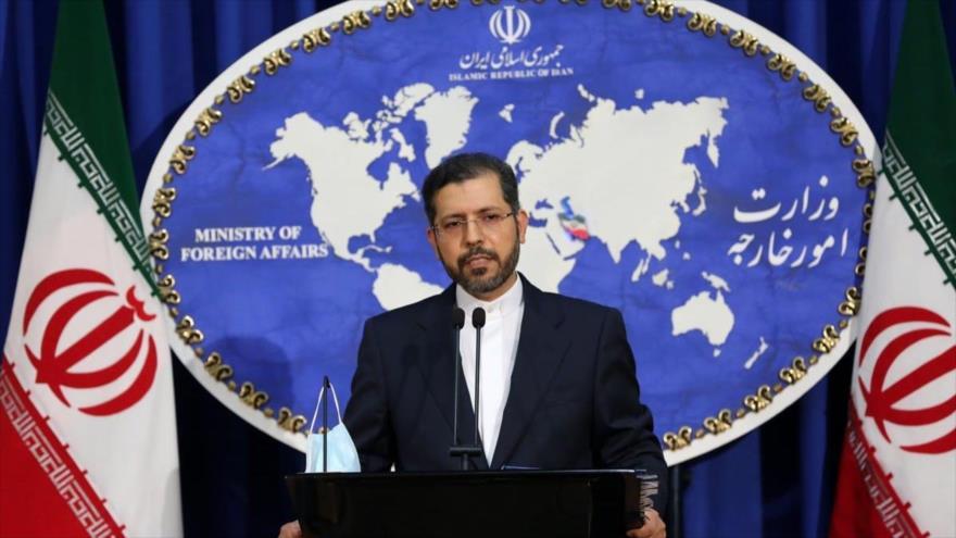 El portavoz de la Cancillería iraní Said Jatibzade en una rueda de prensa concedida en la capital, Teherán, 15 de febrero de 2021.