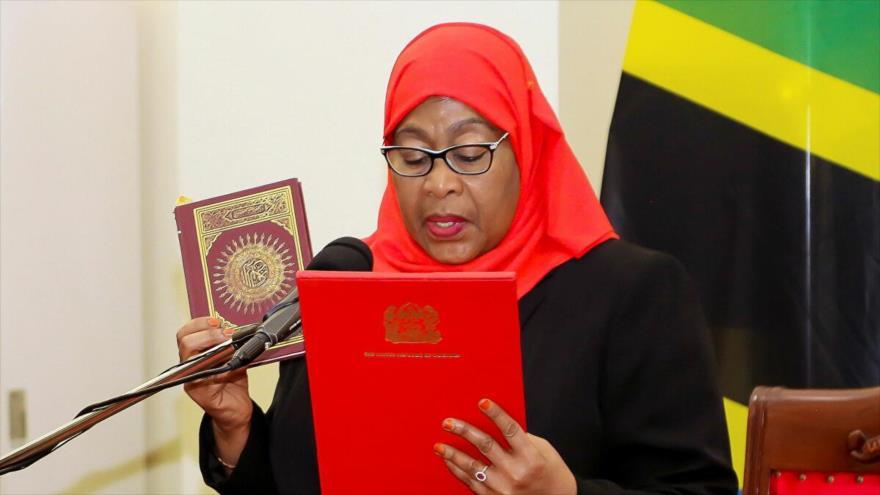 La nueva presidenta de Tanzania, Samia Suluhu Hassan, toma juramento de su cargo, 19 de marzo de 2021. (Foto: Reuters)