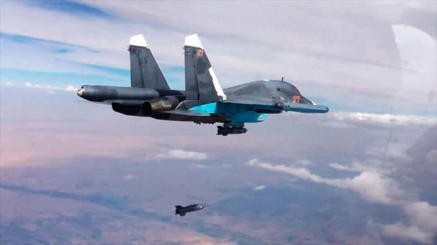 Un avión ruso Su-34 bombardea blancos terroristas en Siria.