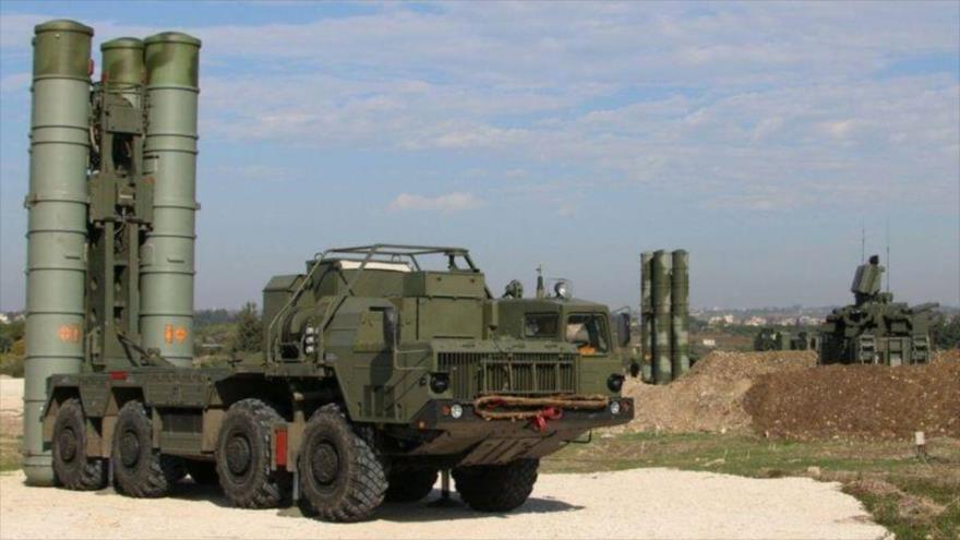 Una batería de sistemas de defensa antiaérea rusp S-400 del Ejército de la Federación Rusa.