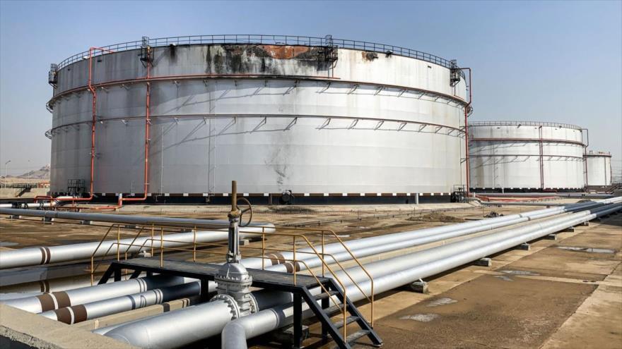 Un silo dañado en la instalación petrolera Aramco, en el sur de Arabia Saudí, 24 de noviembre de 2020. (Foto: AFP)