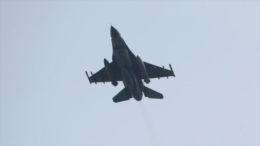 Un avión de combate turco F-16 en pleno vuelo.