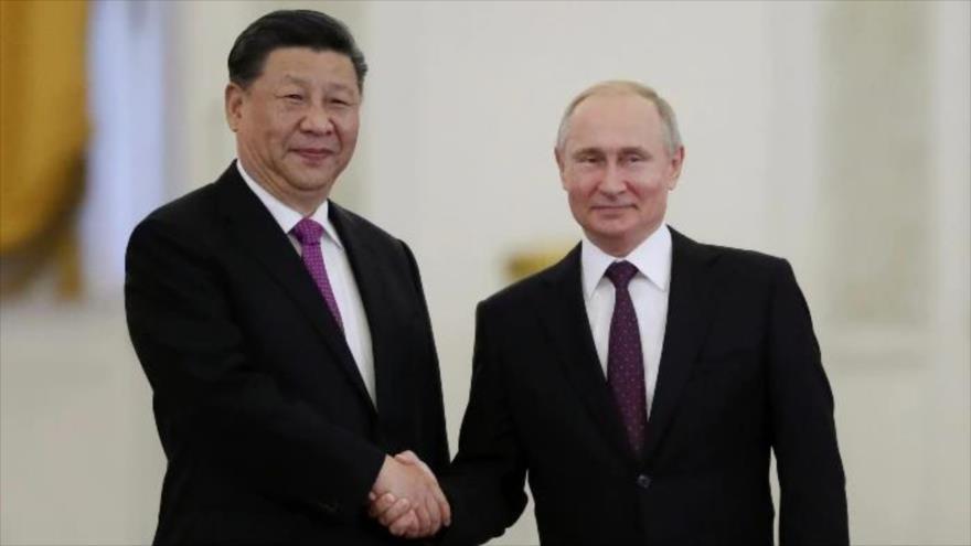 Los presidentes de Rusia y China, Vladimir Putin (dcha.) y Xi Jinping, durante una reunión en Moscú, la capital rusa, 5 de junio de 2019. (Foto: AFP)