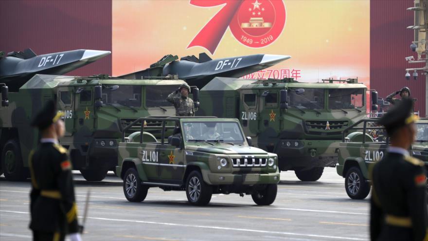 Vehículos militares chinos transportan misiles balísticos DF-17 en un desfile militar en Beijing, 1 de octubre de 2019. (Foto: AP)