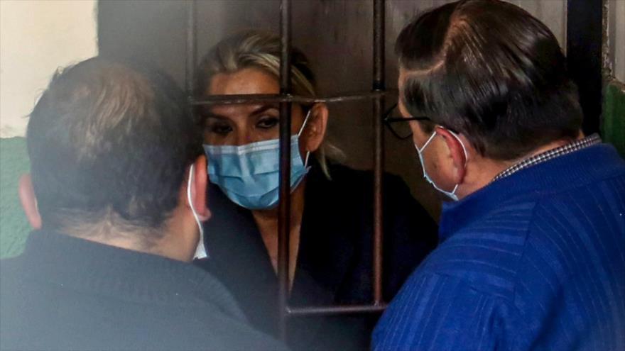 Jeanine Áñez, expresidenta de facto de Bolivia habla con sus abogados mientras está en una celda en prisión, La Paz (capital), 13 de marzo de 2021. (Foto: AFP)