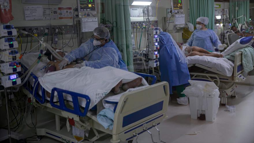 Personal médico y pacientes de la COVID-19 en la Unidad de Cuidados Intensivos (UCI) en Amazonía, norte de Brasil, 30 de enero de 2021. (Foto: AFP)