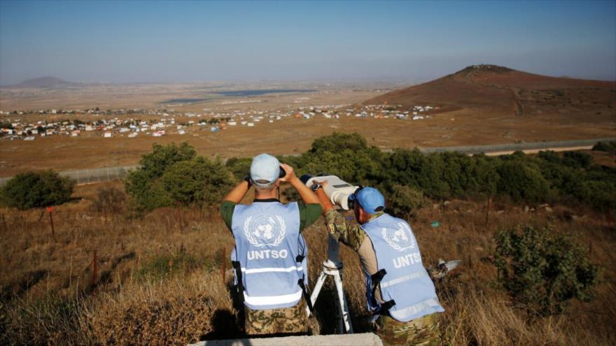 Personal de mantenimiento de paz de la ONU monitorea un campo de refugiados en los altos del Golán de Siria ocupados por Israel.