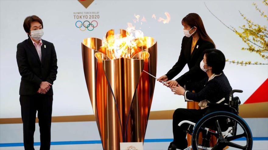 Un atleta paralímpico enciende el caldero de celebración en la antorcha olímpica Fukushima, Japón, el 25 de marzo de 2021. (FOTO: Reuters)